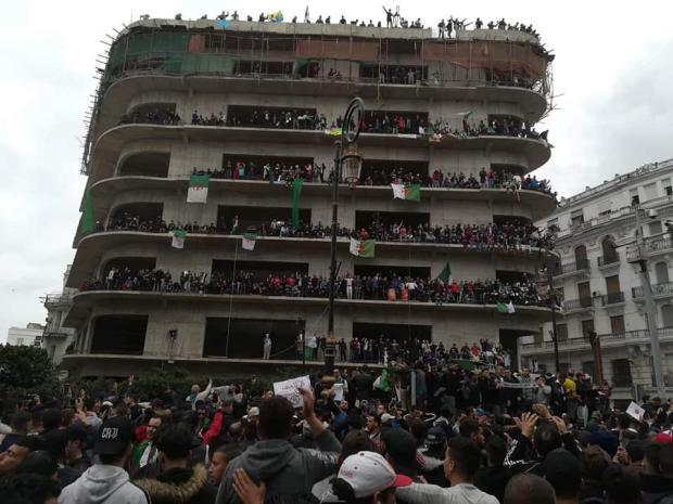 """نحو 200 معتقل ومئات المصابين.. جمعة """"الدم"""" في الجزائر!"""