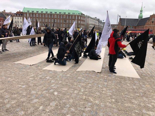 احتجاجا على إقامة صلاة الجمعة أمام البرلمان.. زعيم حزب دنماركي يحرق نسخا من القرآن أمام مصلين (صور)
