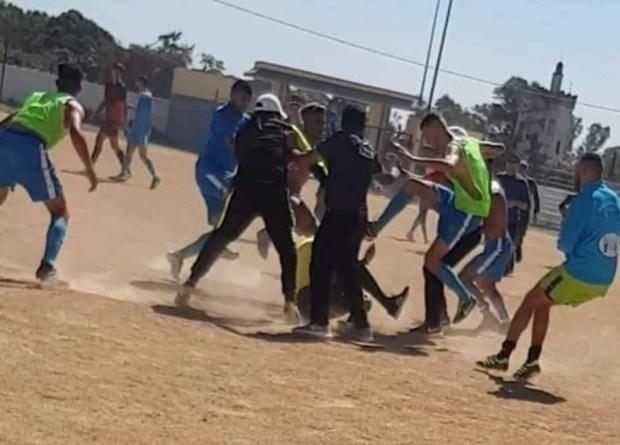 بالصور والفيديو.. لاعبون يعتدون على حكم مباراة في قسم الهواة