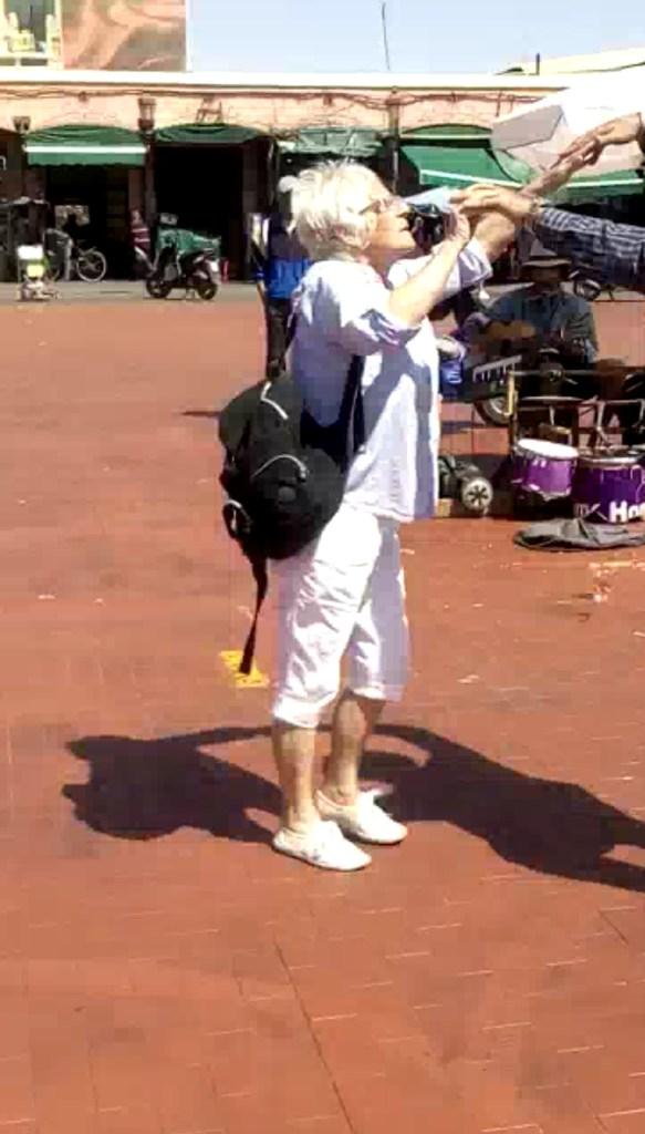 بالفيديو من مراكش.. سائحة مسنة تخطف الأنظار برقصها في جامع الفنا
