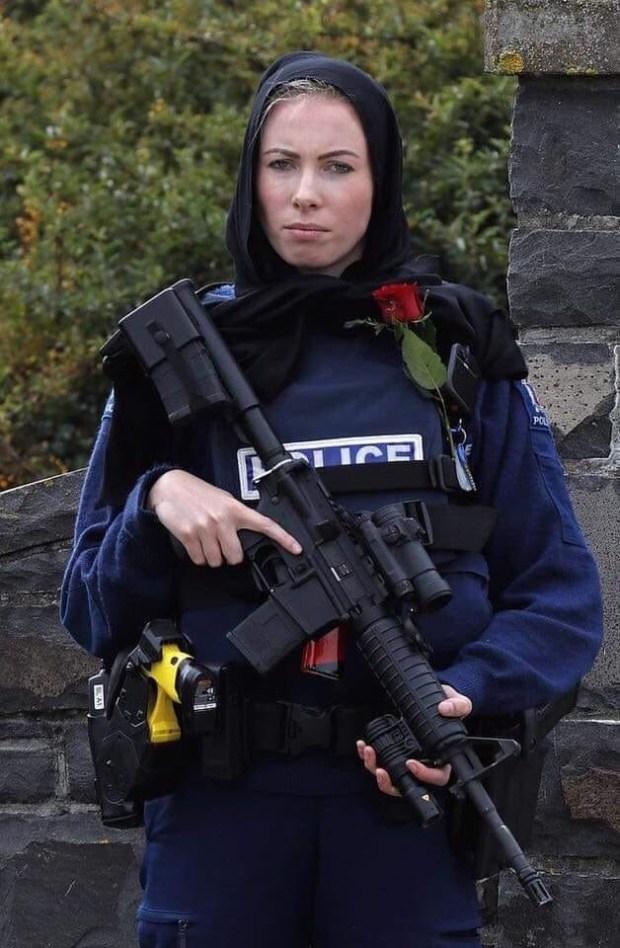 نيوزيلندا.. سلاح وحجاب ووردة!