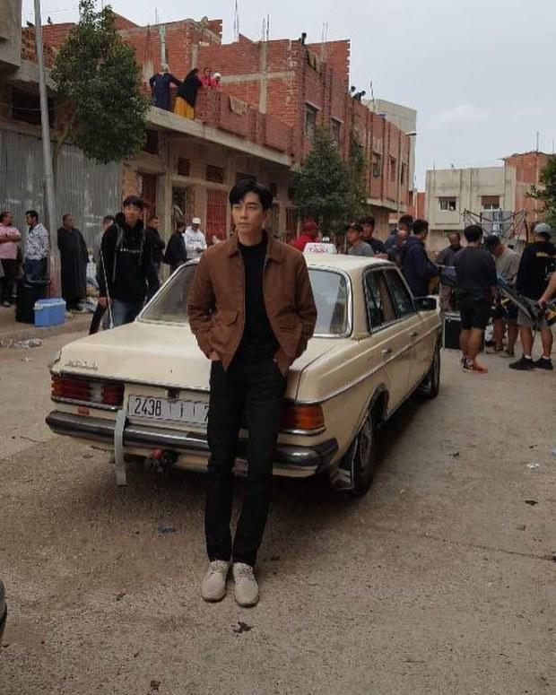 عجباتو المدينة.. ممثل كوري يعلن عن فيلمه الجديد بصورة من طنجة