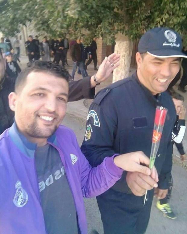 حتى البوليس عاجبهم الحال.. الوجه الآخر لمظاهرات الجزائر ضد الولاية الخامسة لبوتفليقة (صور)