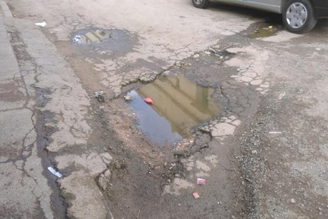 بسبب الحفر المنتشرة في شوارع المدينة.. سيدة تقاضي بلدية الجديدة
