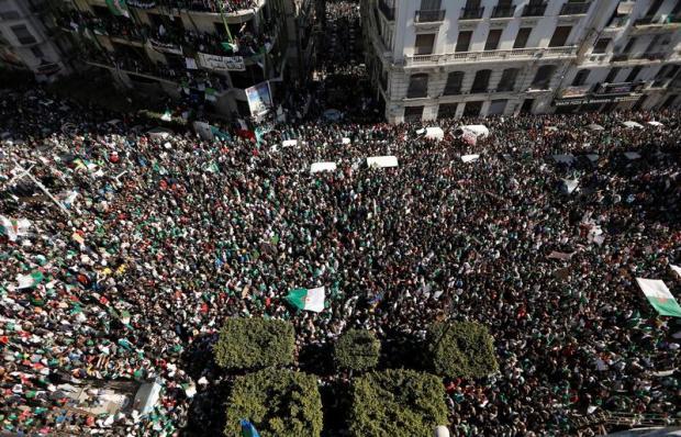 """بالصور من الجزائر.. جُمعة """"باي باي بوتفليقة""""!"""