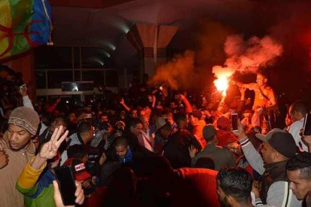 رغم الإقصاء من كأس الكاف.. استقبال تاريخي لبعثة حسنية أكادير في مطار المسيرة (صور وفيديوهات)