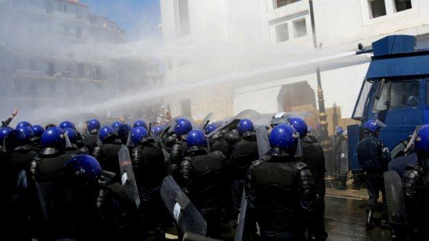 الجزائر.. الشرطة تطلق الغاز المسيل للدموع لتفريق احتجاجات ضد تعيين بن صالح