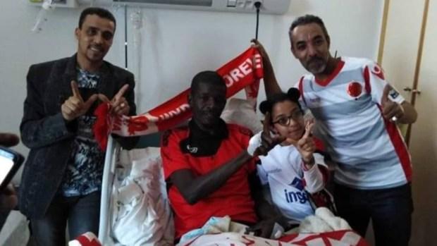 إنسانية.. مشجعون وداديون يزورون حارس مرمى حوريا كوناكري في المستشفى (صور)