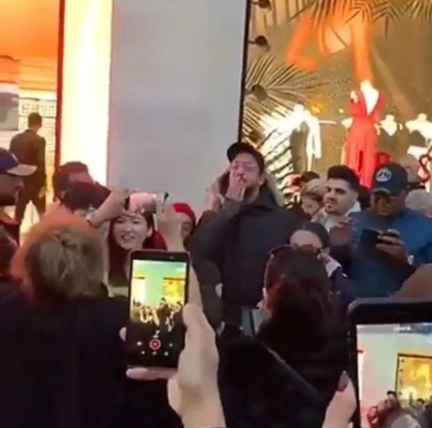 فرحة وزغاريد.. سعد لمجرد يحتفل مع معجبيه في باريس (فيديو)