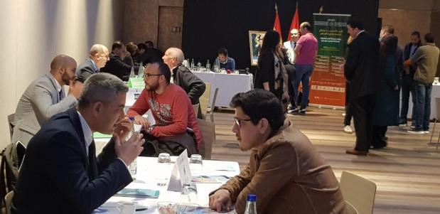 """بالصور من إسبانيا.. مغاربة يستفيدون من خدمات """"الشباك الوحيد المتنقل"""""""