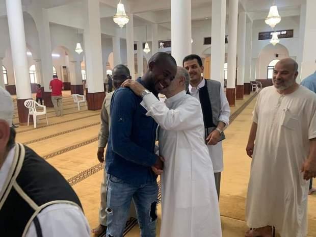 هادي جديدة.. كاميروني كيدور على الجوامع وكيقول ليهم بغيت ندخل للإسلام باش يجمع الفلوس