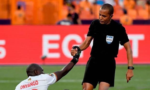 نال الإشادة ودخل التاريخ.. رضوان جيد صافرة مغربية في كأس الأمم الإفريقية
