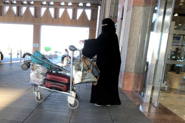 بعد السماح للمرأة السعودية بالسفر دون موافقة ولي الأمر.. 1000 مسافرة تغادر بلاد الحرمين