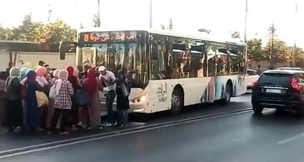 ما عطلوهش.. السلطات الأمنية تلقي القبض على الشخص الذي كسر زجاج الحافلة الجديدة