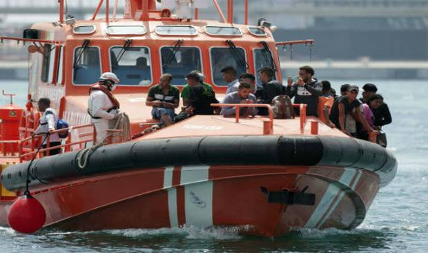 من بينهم امرأة.. البحرية الإسبانية تعترض 19 مهاجرا سريا قبالة سواحل سبتة المحتلة