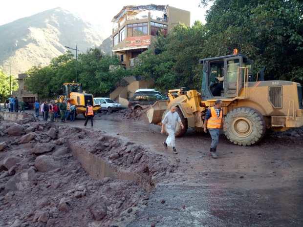 بعد ليلة من السيول والفياضات في إمليل.. استمرار عمليات إعادة فتح الطريق وإزالة الأتربة (صور)