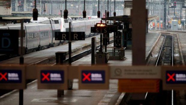 احتجاجا على إصلاح نظام التقاعد.. إضراب لليوم الخامس وشلل في حركة النقل في فرنسا