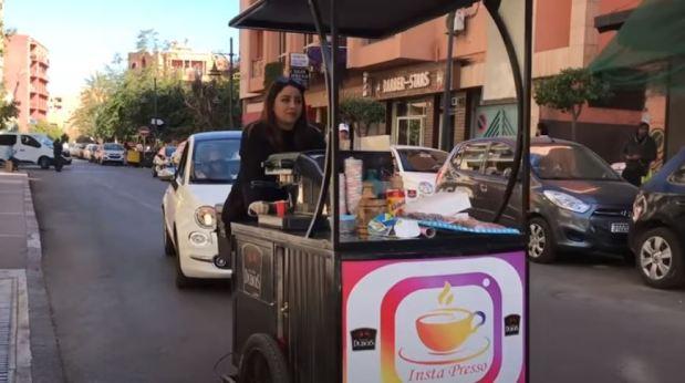 تجوب بها شوارع مراكش.. قصة هند صاحبة دراجة هوائية لبيع القهوة