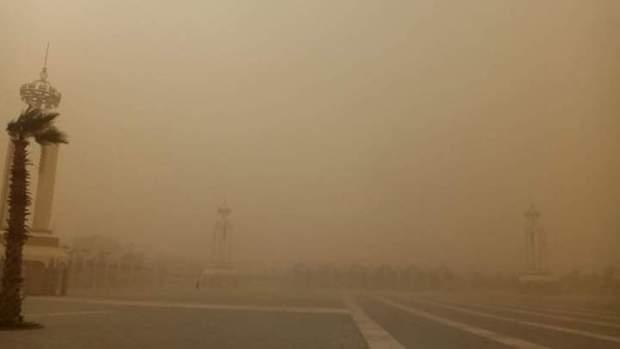 بالصور من العيون.. عواصف رملية قوية ورياح عاتية تجتاح جنوب المملكة