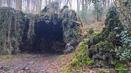 Grotte im Wald