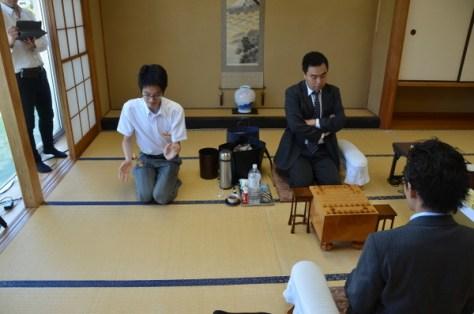 振り駒の結果、と金が3枚出て松尾八段の先手番に決まりました。