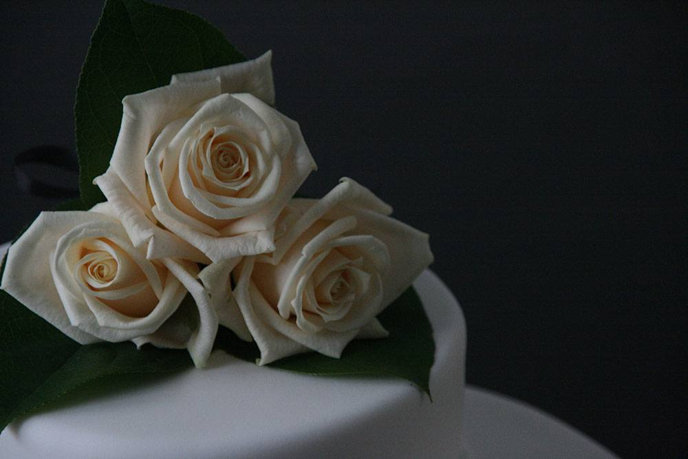 ægte roser på bryllupskagen
