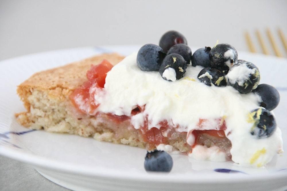 Opskrift på frisk og lækker mandelkage med blåbær og nektarinkompot