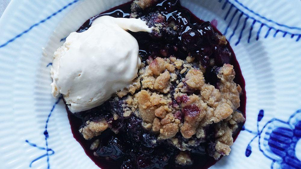 opskrift på sommerlig blåbær crumble