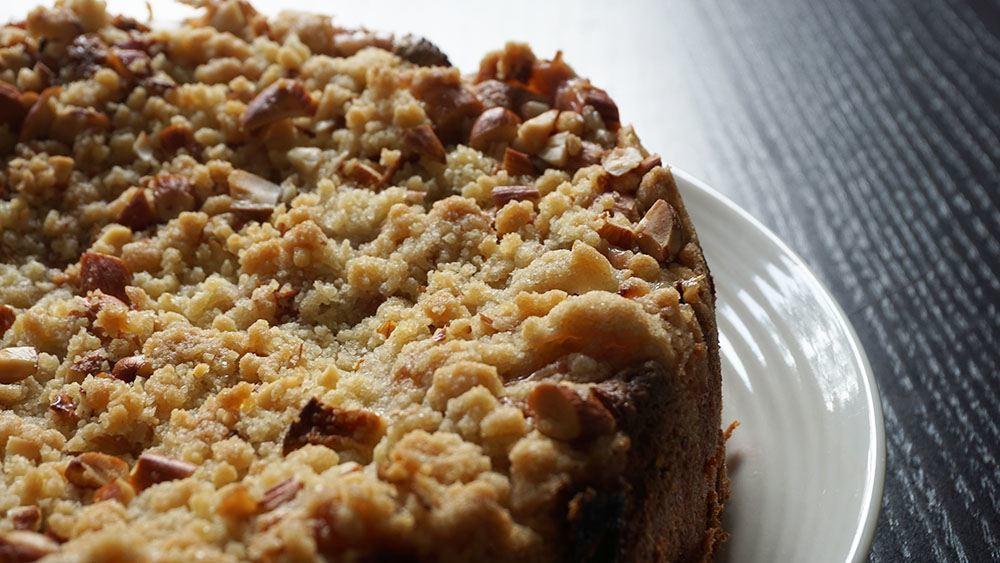 opskrift på crumblekage med æble og rabarber