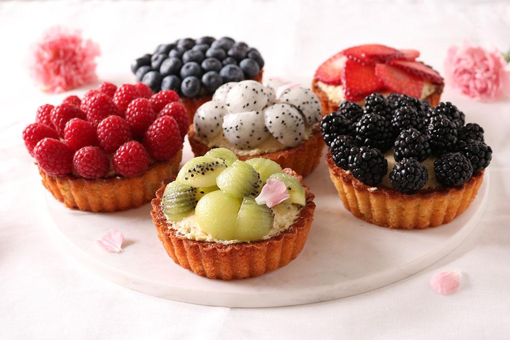 opskrift på lækre mini tærter med mousse og frugt