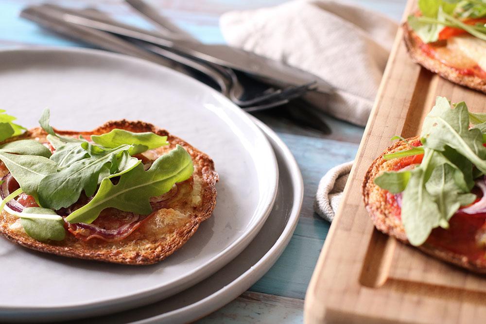 Glutenfri blomkålspizza lavet på blomkålsbund