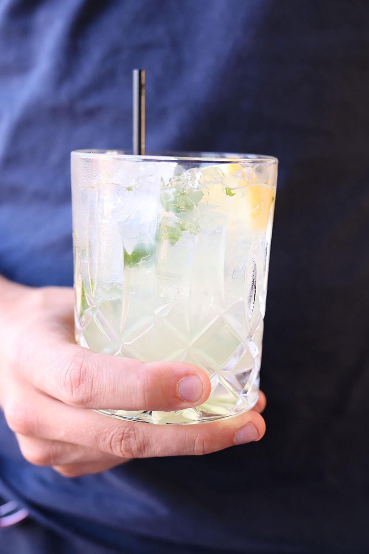 frisk sommer drink med citron og mynte