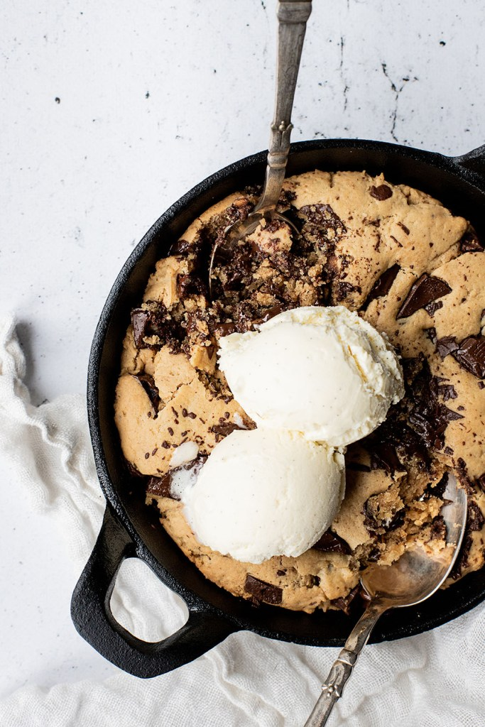 Nem opskrift på peanut butter chocolate chip skillet cookie