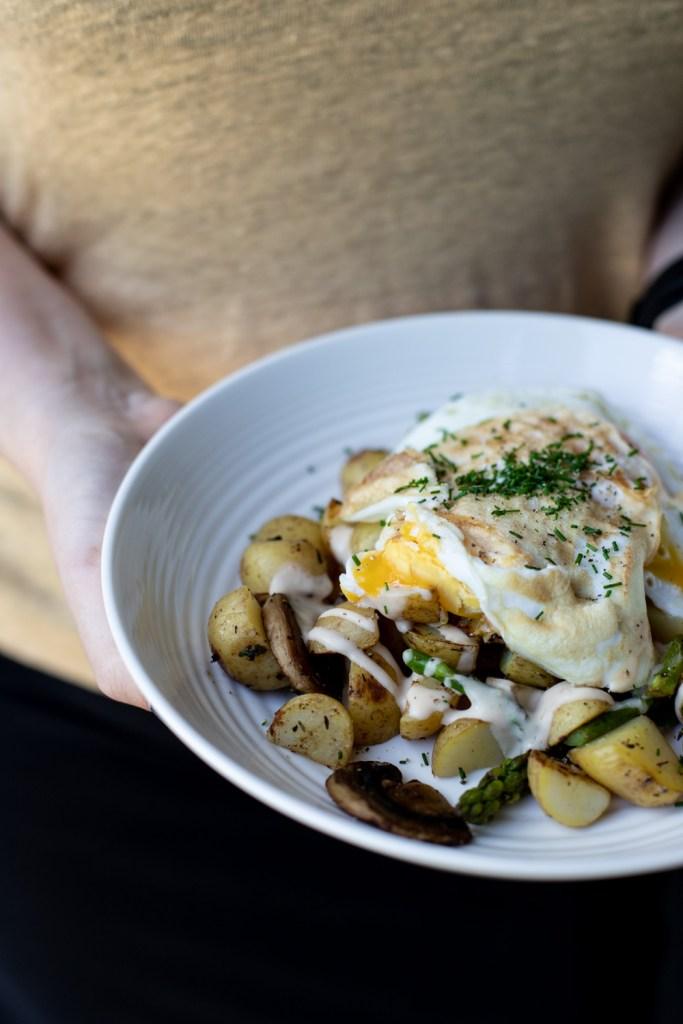 Hurtig opskrift på kalorielet frokost - pandestegte kartofler med spejlæg