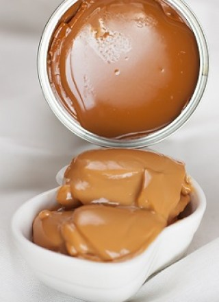 How to cook condensed milk - step-by-step - Cozer leite condensado - passo-a-passo - super easy, better than store-bought - via kikalicious.com - #dolcedeleche #milkcaramel #caramel-18