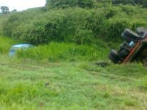 Ambos vehículos se precipitaron al borde de la vía.