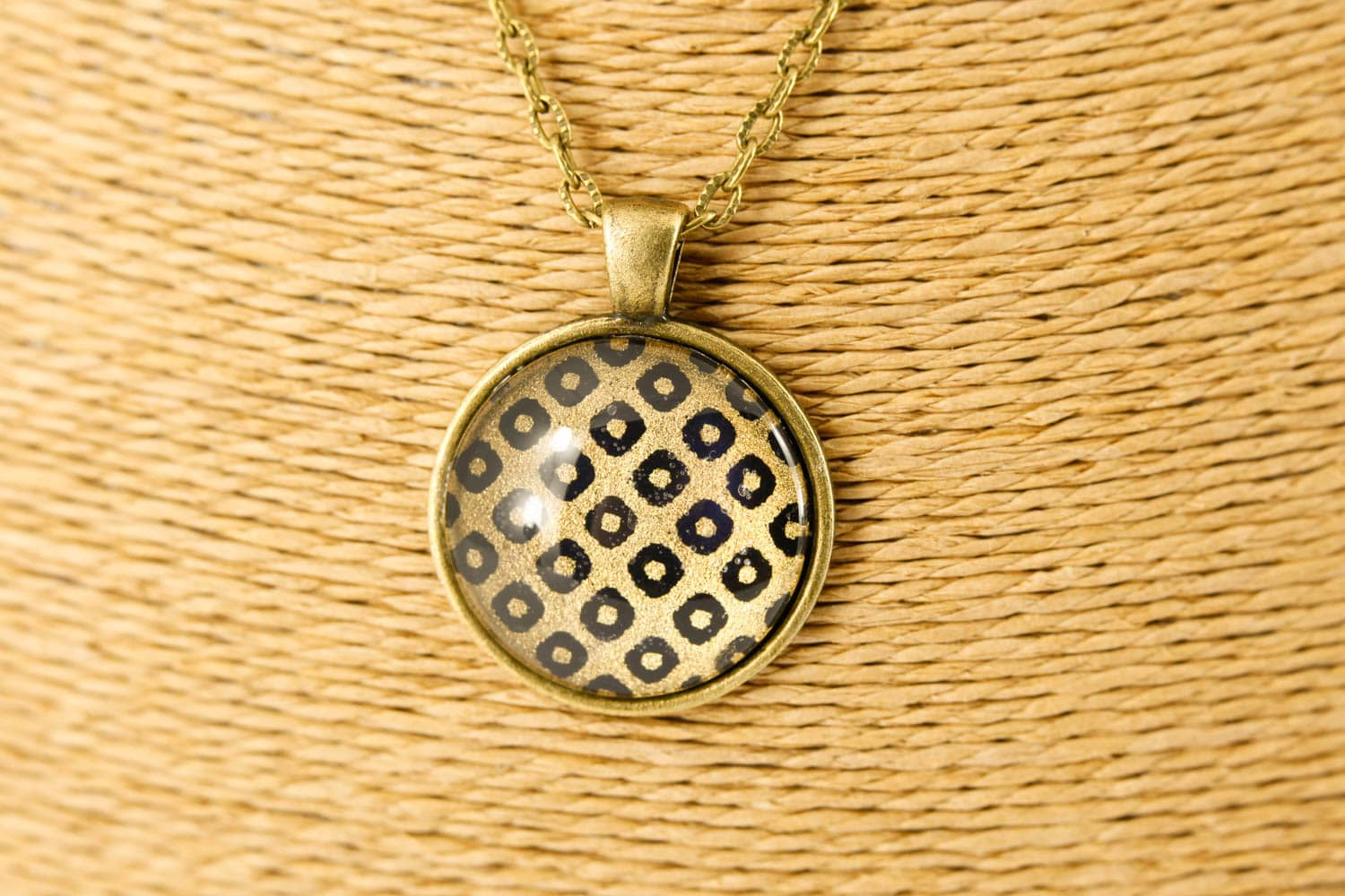 bronze-black-diamond-round-pendant