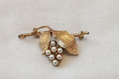 sara-cov-vine-leaf-brooch