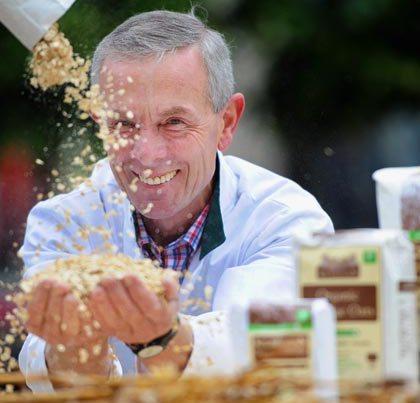 pat-throwing-oats