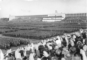 [Scherl] Reichsparteitag 1937. Der grosse Appell des Reichsarbeitsdienstes auf dem Zeppelinfeld. Übersicht während der Rede des Führeres. 11651-37