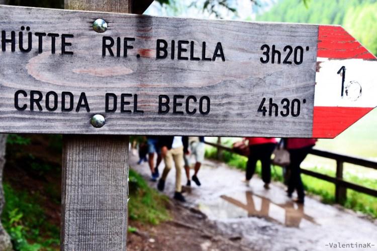 Segnale CAI che indica l'Alta Via verso il rifugio Biella e la Croda del Becco