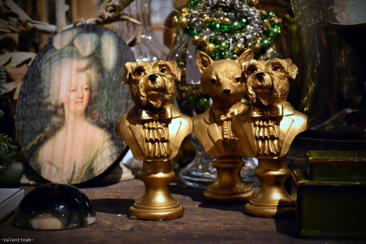 garden bulzaga natale: statuine di cani artistici con altri oggetti di design