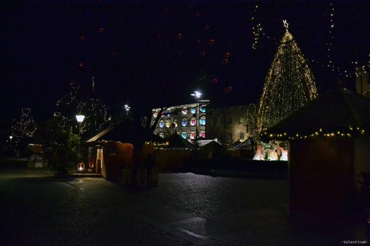 albero di natale, banchetti e lucine nella piazza di bressanone