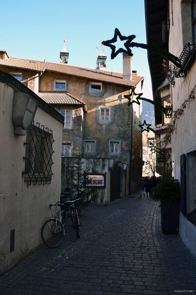 Il natale a Bressanone: vicolo con biciclette e addobbi