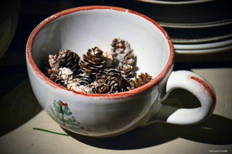 garden bulzaga natale: tazza natalizia con pigne nella cucina rustica