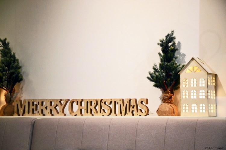 una pausa caffè natalizia con gli arredi e le casette
