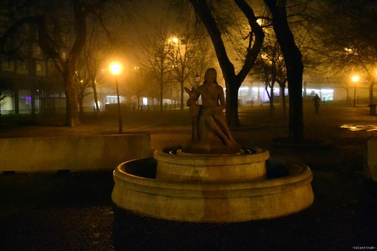 statue di bratislava con la fanciulla e il cerbiatto