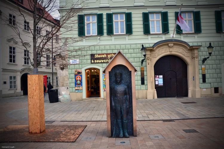 la statua di bronzo della guardia, in piazza a Bratislava