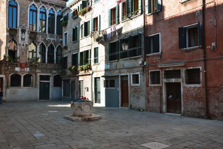 giochi di luce e ombra al campiello santa maria nova di venezia