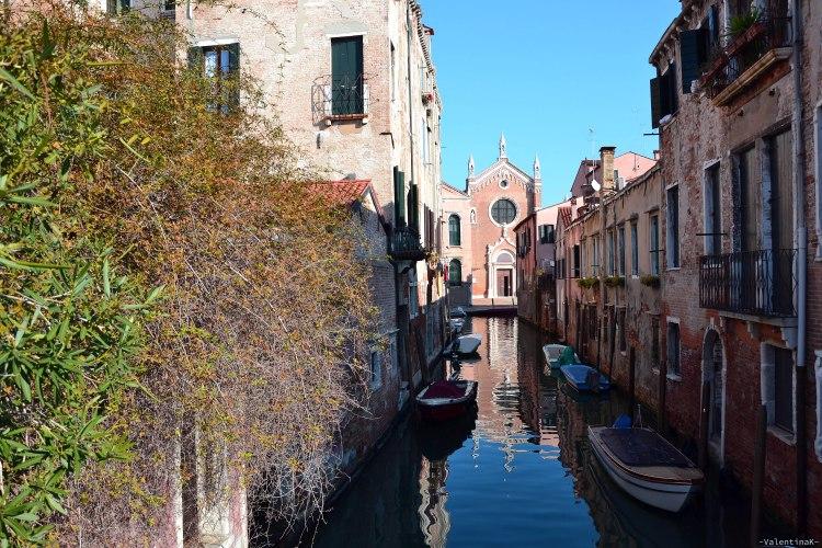 la chiesa dei SS Giovanni e Polo che si riflette nell'acqua del canale